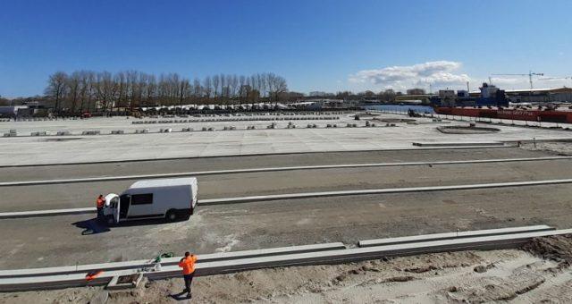 W Świnoujściu budowa przy terminalu promowym nowego parkingu dla ciężarówek osiągnęła właśnie półmetek